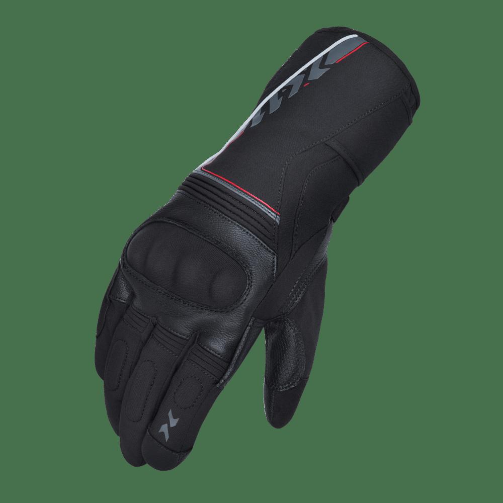 100% impermeável; Função touch screen nos dedos indicadores; Cano longo; Duplo ajuste nos punhos; Forração em microfleece; Faixas refletivas; Palmas em couro de cabra; Reforços nas palmas para mais aderência; Proteções rígidas no dorso das mãos; Reforços